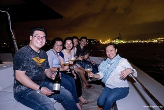 Pianovers Sailaway 2016, Pianovers enjoying wine on the flybridge
