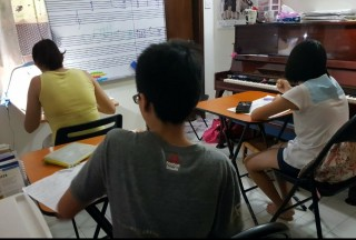Music theory group lessons, students enjoy the fun whiteboard games and expose to different styles of music composition from their classmates, they get to discuss and listen to different opinions when lessons are conducted in group.