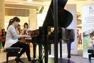 Guest performer Eunice Olsen performing All I Want for Christmas, Jingle Bell Rock and Feliz Navidad - Picture by Steinway Gallery Singapore