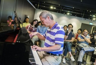 Pianovers Meetup #70, Albert performing
