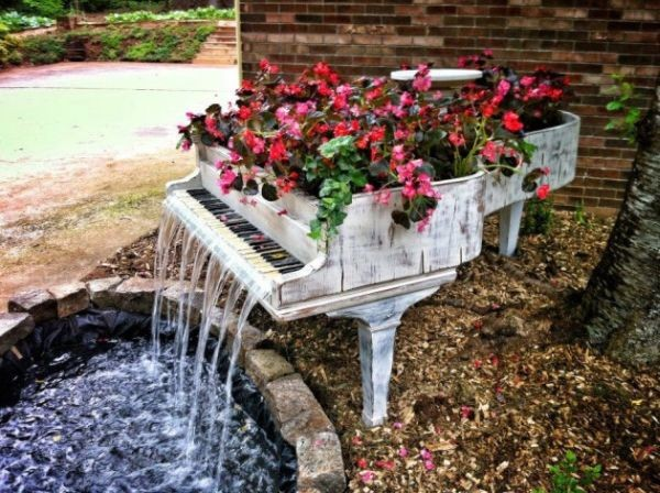 Old piano turned into outdoor fountain (Photo by HomEdit.com)