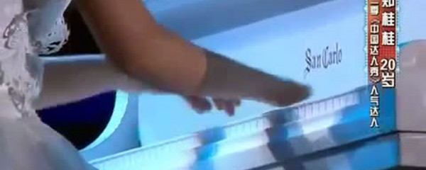 A Disabled Girl Without Fingers Plays The Piano